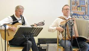 Byns Mats och Jonas Hansson stod för sång, musik och glada berättelser.
