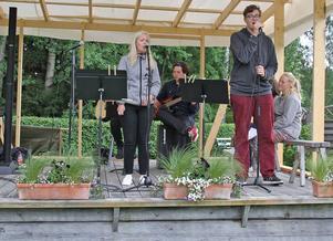 Från vänster: Ida Flodberg och Hugo Hedlund sjunger för publiken på Stenegård.