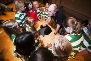 Hurra! IK Sätras tränare Håkan Ågren jublar tillsammans med tjejerna i laget när de deltar i direktsändningen av