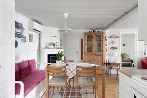 Kök med matplats. Foto: Svensk Fastighetsförmedling Kungsör