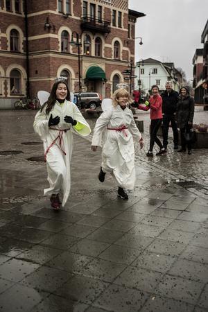 Två av Norrtälje-Malsta församlings änglar på upploppet, glatt påhejade av folksamlingen.