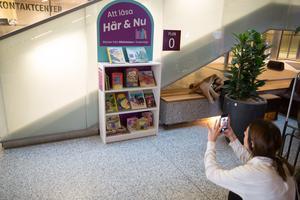 Är det en bokhylla? Nej, det är Södertäljes minsta bibliotek. Det första av många i kommunen.