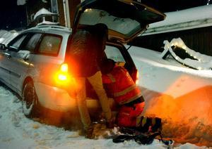 I Älandsbro sitter en bil fast och Kim Bertilsen letar efter bogseröglan där vajern ska fästas.