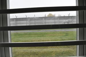 NORRTÄLJE 2019-10-16Norrtäljeanstalten, utsikt genom ett fönster mot fängelsemurenFoto: Tomas Oneborg / SvD / TT / Kod: 30142** OUT DN, Dagens Industri (även arkiv)  **