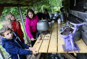 Efter mjölkning och separering till grädde är det dags för smörtillverkning. Det tar tid och man får bytas av eftersom. Linnea Jönsson, 13 år, har gjort smör tidigare, ofrivilligt.
