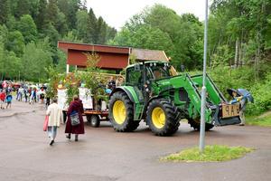 Till och från Säterdalen blev niorna skjutsade i lövade vagnar.