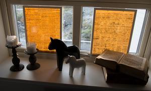 Insynkyddet i sovrummet har Maria gjort själv med hjälp av tidningssidor från fredsdagen 1945.