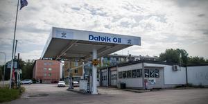 Efter kritik från kommunens miljöinspektör får bensinmacken i centrala Skinnskatteberg  inte längre sälja lösgodis. Utgångna varor har plockats bort från hyllorna.