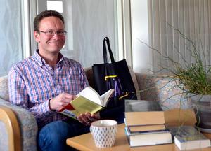 Extra pengar till biblioteket och folkbildningen - enhetschef Ulf Johansson är glad, förstås.