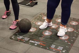 Maria har även lämnat en matta på sin mammas demensboende. Där går de på mattan utifrån deras personnummer.