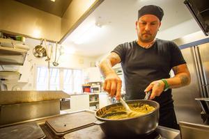 Rikard Lövgren står i köket på Avholmsberget.