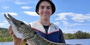 Isak Olsson landade en fin gädda på dryga sju kilo.
