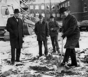 Jämtlands Folkbank bygger nytt på Prästgatan 39. Året är 1964 och prominenta herrar tar första spadtaget.  Folkbanken grundades av jämtländska affärsmän och markägare i slutet av 1800-talet. Banken köptes upp på 1980-talet. Fotograf: ÖP arkiv