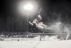 Nisse Kjellström flyger genom luften under SM-finalen på Hällåsen 2017. Då blev det guld.
