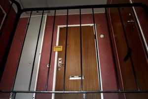 Misshandeln och rånet skedde i ett av offrens lägenhet.