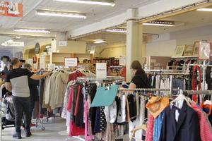 -Det är mest kläder som säljs nu, säger Lena Englund, butiksansvarig för Kungsörs återvinning och secondhand.