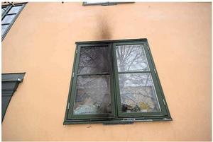 Mannen har erkänt att det var han som slängde in ölflaskan med den brännbara vätskan genom kvinnans fönster. Bild ur polisens förundersökning.