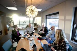 De fyra kommunalråden Kerstin Almén, Peter Kärnström, Carl-Evert Olsson och Per-Ola Grönberg och Ann-Sofie Hedenström som är chef för kommunledningskontoret. Utanför bilden sitter Pär Jerfström, kommundirektör.