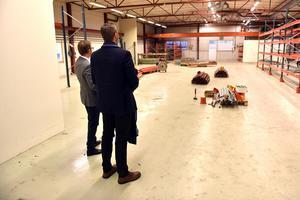 Johan Hansson, vd Pressmaster, besiktigar de nya lokalerna i Mora tillsammans med produktutvecklingschef Anders Jansson.