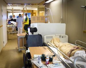 Sjukvården blir allt tyngre belastad med färre och dyrare vårdplatser.