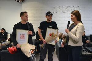 Diplom och blommor blev det till Rickard Lyko och Johan Magnusson, personalen bjöds på tårta och fick tidiga julklappar när utmärkelsen  Handelns bästa arbetsplats överlämnades.