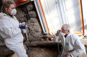 Utgrävningens benexpert granskar ett av Lars Karlssons fynd, en svanskota från forna tider.