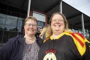 Årskortsinnehavarna Lise-Lott Nordsell, till vänster i bild, och Susanne Gustafsson går på så många hemmamatcher de kan.