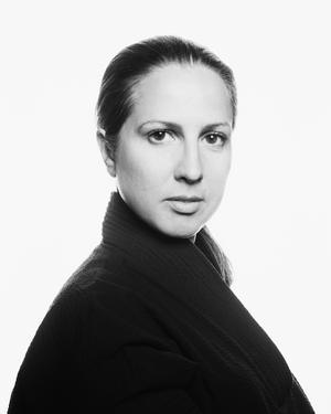 Rebecka Cardoso, regissör och dramatiker från Örebro, arrangerar manifestationen mot varslen på Örebro länsteater. Foto: Magnus Åström
