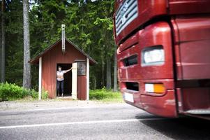 Laila Nilsson i Lamborn är mycket kritisk till att bussen - bybornas livlina - är indragen. Väntsalen, den gamla postkuren, behövs inte längre...