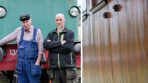 Kjell-Åke Nilsson och Patrik Gräsberg från Nora Bergslags veteranjernväg  är två av medlemmarna som nu får slipa och lacka om den förstörda tågvagnen, som har likadan teakvägg som vagnen på bilden.