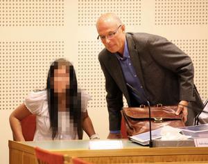 """Försökte stoppa misshandeln. Den 20-åriga kvinnan försökte flera gånger få sin pojkvän att sluta misshandla. """"När han hoppade på Tommys huvud fick jag en chock,"""" berättade hon i rätten. """"Det var hemskt, jag ville bara därifrån"""", sade hon gråtande som svar på en av advokat Lars Häggströms frågor till henne."""