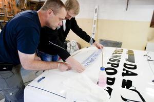 Peter Sjögren och Peter Johansson har hjälp av lokala sponsorer som får sina dekaler på bilen.