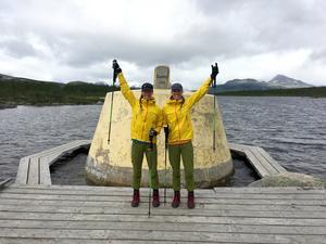 Linnea och Erika Nilsson-Waara framför Treriksröset vid starten den  18 juli. 130 mil väntar dem.