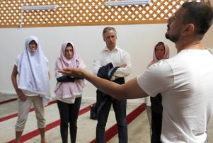 Raad Al-Duhan berättade med många gester hur det går till i moskén.