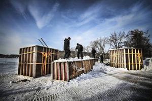 I Vinterparken är det full fart med att bygga en ny borg. Den förra smälte bort. Viktor Hägg,  Malin Furuskog, Lennart Johansson och Lars-Erik Lööf kämpar med bygget.