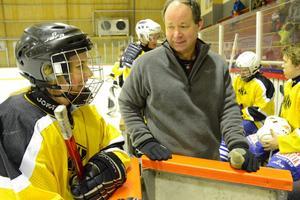 Taktiksnack inför matchen. Lärarlagets coach Tomas Hällmark och spelaren Greta Hidén lägger upp strategin för att spöa eleverna i ishockey