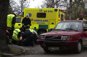En ung mopedist skadades i en krock med en bil i Borlänge nu på eftermiddagen.