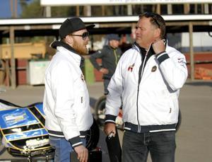 Andreas Sundin och Stefan Bäckström fick genast ganska stora problem med att montera ihop laget till på tisdag.