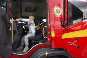 Räddningstjänsten var på plats i parken och barnen var mäkta imponerad av brandbilen. Loke Bohlin testar hur det är att vara brandman.