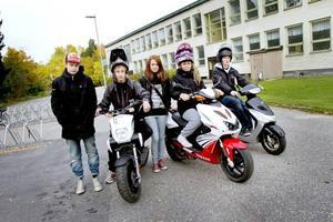 Adam From, Calle Björk, Linnéa Eriksson, Lotta Ljung och Robin Hansson har samlats utanför Lillhagsskolan i Bomhus. Adam längtar till sin 15-årsdag då han också får åka moppe. Lotta förstår det.