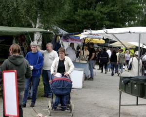 Knallar och besökare på Ånge marknad.
