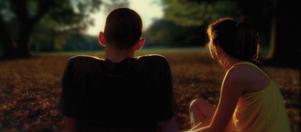 """Sticker ut. Syskonparet Oscar (Nathaniel Brown) och Linda (Paz de la Huerta) blickar tillbaka på sin barndom i """"Enter the void"""". Ett av få ljusa ögonblick i en mörk film av franske skandalregissören Gaspar Noé, kanske mest känd för filmen """"Irreversible""""."""