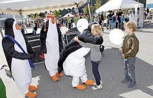 """""""Å, pingviner"""", utbrister Sacharias Lindelöf och springer fram för en kram. De utklädda pingvinerna pratar med barnen om miljön och är en del av Mimers 90-årsfirande som hålls på Rocklunda nu under dagen."""