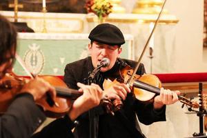 Joe Deninzon, violin, visar prov på sin sångröst i det avslutande numret.