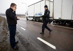 Långtradarchauffören Jan-Erik Marklund ringer för att få hjälp. Han misstänker att det kan ligga ett sabotage bakom händelsen.
