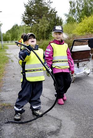 Utestädning. Milo Tålsgård har hittat en lång kabel i skogen. Bredvid honom står kompisen Maja Maxe.