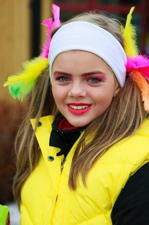 Karolina Magnusson, 12 år, hade smyckat sig i påskens starka färger.