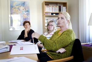 Stigslundsskolan är en av sex skolor som är först ut att jobba efter den nya Gävlemodellen mot mobbning. Johanna Söderman, högstadielärare, Katrin Gille, fritidspedagog och Anna Eklund-Arostegui, kurator, la upp strategier under gårdagens möte på BIG.– Man önskar att man kunde se och få reda på allt. Det är frustrerande att veta att mycket kan hända när vi inte är där, säger Johanna Söderman.