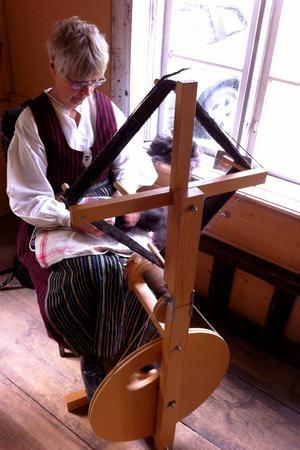 Ulla Lexholt höll högrockens hjul i gång, och spann hälsingefårens ull till härligt garn.