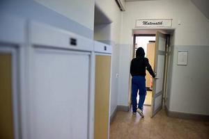 Misshandeln skedde i ett gymnasieklassrum i Sundsvall i december förra året, enligt åtalet. Personen på bilden har inget samband med texten.